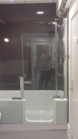 Art Wenger Walk in bath on display at Aquarooms (2)
